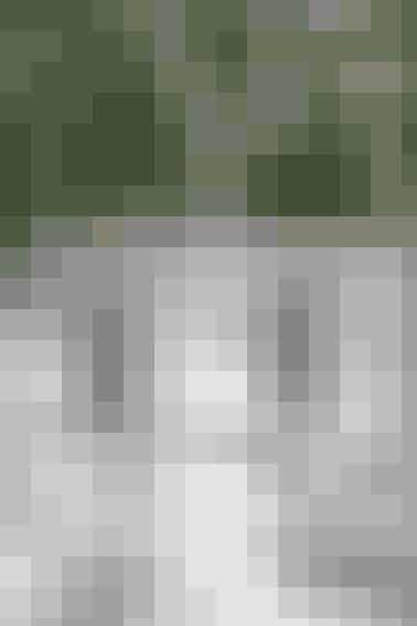 De fine, broderede kræmmerhuse er af den slags, man bliver glad for at gense år efter år     BRODEREDE KRÆMMERHUSE  Højde: 12 cm  Materialer til 1 kræmmerhus: 15 x 22 cm bleget hørlærred med 10 tråde pr. cm. Vlieseline. 30 cm sølv- eller guldblonde. DMC Moulinégarn: Engel: pink 604, guld 5282, beige 948, brun 433 og rosa 601. Klokke: grøn 700, lyseblå 519 og sølv E 168. Mønster til kræmmerhus: Kan hentes ved at klikke her. Broderimotiver: Kan hentes ved at klikke her.  Arbejdsgang: Tegn mønstret til kræmmerhus op, og klip det til fold i hørlærred med 5 mm sømrum langs de skrå sider. Siksak kanterne. Placer broderimotivet (klokke eller engel) midt på stoffet, 2 cm fra overkanten. Bodér efter diagram med hele korssting og 2 deltråde over 2 x 2 tråde i stoffet. Sy med stikkesting og 2 deltråde: engel: vinger + glorie med guld, øjne med brunt og mund med rosa. Klokke: snor + afslutning forneden med sølv. Pres arbejdet fra vrangen og stryg vlieseline bag på hele kræmmerhuset. Sy sammen ret mod ret og vend retten ud. Sy blonde på overkanten og sy en hank af blonde.   Design: Marianne Aggebo/Foto: Jette M. Vesterager
