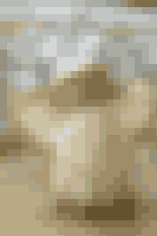 """Hækl en enkelt lille engel til at hænge på træet eller lav en hel flok som sød bordpynt     ENGEL Højde: 7 cm.  Materialer: """"Madeira Nora"""" (80% viskose/20% metalliseret polyester/25 g = 100 meter): 1 ngl af hver: hvid 390 + guld 324. Hæklenål nr. 1,75. Træperle (20 mm). Garn fra Permin tlf. 36 72 12 00. Træperle fra hobbybutik.   Diagram: Kan hentes ved at klikke her. Se forkortelser og brugertips her  Engelkrop: Hækles med hvid: Beg i midten med en ring af 11 lm og hækl videre efter dia til krop, bemærk, at hver omg lukkes med 1 km. På sidste omg hækles picot'er i guld.   Hat: Beg med hvid: Saml 6 fm til en ring med 1 km. Forts efter dia, på sidste omg hækles picot'er i guld.   Vinger (2 ens): Beg med hvid og hækl 10 lm (= midten). Forts efter dia, på sidste omg hækles picot'er i guld.   Montering: Sy hat og hoved på kroppen ved at trække tråden fra hatten igennem hullet i trækuglen. Lim også hatten fast til trækuglen. Sy vingerne fast på ryggen. Sy evt. en strop i toppen til ophæng.   Opskrift: Permin/Foto: Jette M. Vesterager"""