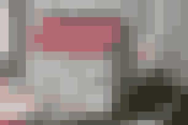 """Gem dagens kalendergave i det fint syede julehus     KALENDERGAVEHUS  Mål: 19 x 19 cm.  Materialer: Beigemønstret stof: 2 stk. a 13 x 21 cm (for- og bagside) + 2 stk. a 13 x 19 cm (gavle). Rødmønstret stof: 2 stk. a 10 x 21 cm (tag). Sort stof: 1 stk. på 13 x 21 (bund) + 5 stk. a 8 x 8 cm (stropper). Hvidt stof med påstrøget vliesofix: Klip døre og vinduer ud efter målskitsen. Beige stof: 1 stk. på 21 x 55 + 1 stk. på 20 x 26 cm (begge til indvendigt). 40 cm veledon til afstivning. Volumenvlies. 1 træstrikkepind. Limstift.  Mønster: Kan hentes ved at klikke her  Arbejdsgang: Tegn mønstret på papir efter skitsen og klip alle dele ud. Klip sider og bund ud i veledon uden sømrum og stryg det bagpå de respektive stofstykker. Sy tag og sider sammen til ét stykke. Stryg vinduer og dør fast (klip evt. også små nissehuer og juletræ og stryg dem fast i vinduerne). Sy konturene med tæt siksak. Klip og sy tag og sider på samme måde i det beige stof med veledon strøget bagpå. Pres sømrummene ind på yder- og inderstykke og lim dem fast.   Stropper: Klip i veledon 5 stk. a 3 x 8 cm, fold de sorte stykker om disse og sy fast. Læg stropperne ned mellem de 2 """"huslag"""" (2 på den ene side og 3 på den anden) og sy de 2 dele sammen hele vejen rundt + ved alle sammensyninger.   Gavle: Klip 4 gavle i veledon efter mønstret (uden sømrum). Klip med 1 cm's sømrum 2 gavle i hhv. beigemønstret og beige stof. Stryg veledon bagpå alle gavledele og lim sømrummene ind. Stryg evt. en nissehue fast i vinduet. Stryg og sy vinduer fast som før. Sy gavlenes yder- og inderside sammen langs de skrå sider. Sy gavlenes tre øvrige kanter på huset fra retsiden gennem alle lag. Sav strikkepinden til i passende mål og træk den gennem stropperne.    Opskrift: Ruth Møller/Foto: Jette M. Vesterager"""