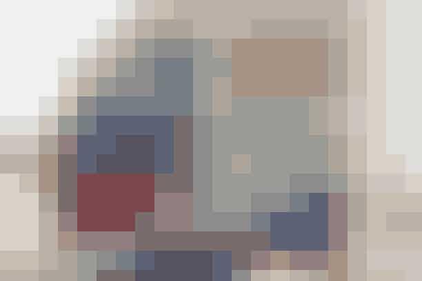De gamle børnebroderier er kommet til ære og værdighed som pynt på to flotte poser, der kan bruges som rummelige kalendergaveposer nu, og senere til at holde styr på legetøjet     POSER MED BRODERI  Mål: 42 x 45 cm.  Materialer: 1 broderi på ca. 25 x 25 cm. 1 stk. stof på 92 x 44 cm (for), 1 stk. stof på 25 x 25 cm (lommefor) + stofrester i farver der matcher broderiet. Mønstrede bånd og skråbånd. 140 cm kraftigt bånd eller gjord (20 mm) til bindebånd.   Se forkortelser og brugertips her   Arbejdsgang: Sy stofresterne sammen til 1 stykke på 92 x 44 cm. Klip broderiet til, så det måler 25 x 25 cm. Hæft lommeforet bag på broderiet og siksak dem sammen. Kant broderiets overkant med skråbånd, eller almindeligt bånd, der foldes om kanten. Placer lommen på posens ene halvdel, gerne lidt forskudt for midten, og sy den fast på en af disse måder: Svanebroderiet er kantet med skråbånd, før det er syet på med en kantstikning. Kranbilen er først syet på med en kantstikning, og derefter har vi syet bånd på over kanterne, nogle af båndene fortsætter ud over broderiets kanter. Fold stykket dobbelt ret mod ret og sy sidesømmene, sy foret sammen på samme måde. Sy yderpose og for sammen ret mod ret langs overkanten, men lad en åbning stå. Vend retten ud, put foret ned i posen og sy åbningen til. Sy 2 stikninger til løbegang foroven, hhv. 2 og 5 cm fra toppen. Pil sidesømmen op i den ene side imellem de 2 stikninger, træk bindebåndet igennem løbegangen og sy båndenderne sammen.  Opskrift: Berith Ann Christensen/Foto: Jette M. Vesterager