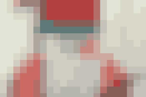 """Ligger du inde med lidt stofrester, kan du hurtigt sy den godmodige nissemand, der har plads til dagens kalendergave i sit skæg      EN GAVE OM DAGEN   Færdigt mål: 31 x 31 cm.  Materialer: Rester af rød fleece (hue), grønt stof (huekant), hørstof (ansigt), rødstribet stof (skuldre) og hvidt loddent stof (skæg). 35 x 35 cm ensfarvet bagsidestof. 1 bjælde. 1 sæt øjne, 15 mm. 1 lille messingring til ophæng. Rester i volumenvlies stryges under de tyndeste lag stof i et eller to lag for at opnå """"tykkere"""" stof.  Mønster: Kan hentes ved at klikke her Se forkortelser og brugertips her  Arbejdsgang: Tegn mønstret op i fuld størrelse og klip delene fra hinanden. Læg delene på stof og klip ud med 1 cm's sømrum. Bemærk: Huens spids klippes dobbelt, sys sammen og lægges ind ved sammensyning med bagstoffet. Lommen tegnes op efter den """"siksakkede"""" linje, sy de 2 trekanter på forneden, foroven sys et tyndt stk. stof på 18 x 14 cm, dette foldes ned til bagsiden af lommen. Sy siderne af skægget på ansigtet og sy i forlængelse af dette 1 stk. stof på 18 x  14 cm til forneden, dette stk. ligger bag lommen. Sy huekant + hue på. Hæft lommedelen fast og sy siderne på. Pres arbejdet og læg det ret mod ret med bagstykket. Sy rundt i kanten og klip sømrummet til. Husk at klippe hak ind i hjørnerne ved skuldre og huekant og husk, at huesnippen skal sys med. Lad en åbning stå forneden. Vend retten ud og pres. Quilt rundt de viste steder. Sy øjne, bjælde og en lille ring på foroven. Ligger du inde med lidt stofrester, kan du hurtigt sy den godmodige nissemand, der har plads til dagens kalendergave i sit skæg     Syopskrift: Ruth Møller/Foto: Jette M: Vesterager"""