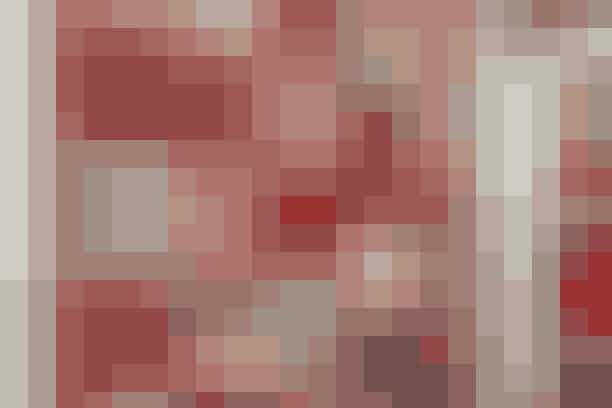 Gaverne hæftes helt enkelt på den nemme pakkekalender med sikkerhedsnåle. Uden sikkerhedsnåle kan stykket også bruges til juledug eller juletræstæppe     JULEKALENDER/JULEDUG   Mål: 106 x 106 cm.  Materialer: 50 cm af 5 forskellige rødmønstrede stoffer. 150 cm rødt stof med små hjerter til bagsiden. 110 x 110 cm tyndt volumenvlies.  Materialerne er fra Stof & Stil.   Arbejdsgang: Skær 24 forskellige firkanter a 22 x 22 cm + 1 firkant på 22 x 22 cm i det røde stof med små hjerter på. Sy (med 1 cm's sømrum) firkanterne vilkårligt sammen med hjertestof-firkanten i midten. Pres sømrummene fra hinanden. Læg bagsidestoffet med vrangsiden opad, herpå volumenvliesen og øverst patchworkstykket med retsiden opad. Hæft delene sammen og sy de 3 lag sammen henover sømmene, evt. med en af symaskinens broderisømme. Klip volumenvliesen til, så den er 2 cm større end patchworkstykket hele vejen rundt. Klip bagsidestoffet til, så det er 6 cm større end patchworkstykket hele vejen rundt. Fold bagsidestoffet 1 + 3 cm ind hele vejen rundt, således at det ender 1 cm inde på patchworkstykket. Fold hjørnerne spidse og hæft og sy bagsidestofkanten fast hele vejen rundt. Sy hjørnerne sammen i hånden. Sy 6 små stropper fast øverst på bagsiden til ophæng. Bind kalendergaverne fast på midten af hver firkant med en stor sikkerhedsnål og bast.    Opskrift: Ruth Møller/Foto: Jette M. Vesterager