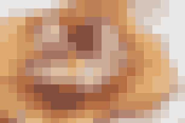 Hjerte uden smerte  De skønneste vafler på fra Lavkarbo-kuren     (8 vafler)   3 æg  5 g sødemiddel  1 knsp. vanilje  3 dl piskefløde  2½ dl sødmælk  10 g mandelmel  20 g Fiberhusk (fås i helsekostforretninger)  20 g smeltet smør  20 g hvedeklid   Lavkarbo-tilbehør Smør  Flødeskum  Frosne bær   Fremgangsmåde Bland alle ingredienser til en jævn masse – start med det tørre og spæd til med det våde. Afslut med smør.  Bland lakridspulver eller kardemomme i, hvis du ønsker en lidt anderledes smag.   Steg vaflerne i vaffeljernet, men spar på dejen – vaflerne skal være meget tynde. Pynt med flødeskum og bær.   Lavkarbo-opskrift: Magdalene Kristiansen  Flere Lavkarbo-opskrifter: Blomkåls-couscous En fortryllende citronsorbet Mørk mousse    Find masser af slankeopskrifter i Familie Journals Slankeklub  Køkkenudstyr – til den bedste pris Kender du kogebogen? Klik her... Masser af gode køkkenting i Familie Journal Shop
