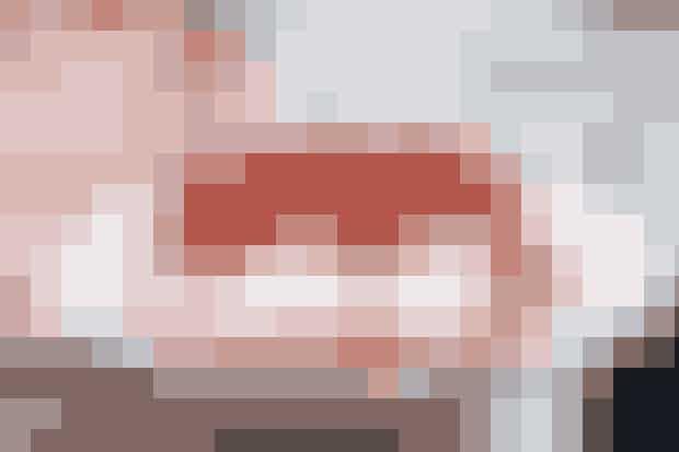 Lines lagkage  Lækker Lavkarbo-lagkage med fløde og friske bær     Fløde friske bær  Bund 200 g finthakkede mandler 2 æggehvider Sødemiddel svarende til 180 g sukker  Fremgangsmåde Mandler og sødemiddel køres sammen i foodprocessoren. Tilsæt hviderne og kør til en jævn dej.  Fordel i en springform med bagepapir. Vælg størrelsen på formen, efter hvor høj bunden ønskes.   Bag på 175° i 15-20 min.  Afkøl. Sæt på et fad. Pisk fløde til blødt skum, tilsæt lidt vanilje. Fordel over bunden og fyld op med friske bær.  Lavkarbo-opskrift: Line Vind  Du kan læse meget mere om Line Vind og hendes familie, der tilsammen har tabt 30 kilo ved at følge Lavkarbo-kuren her  Lidt mereaf Line Du kan få masser af inspiration og gode madopskrifter på Line Vinds blog lidtafline.blogspot.dk   Flere Lavkarbo-opskrifter... Muskel-mysli Vafler Burger uden følge