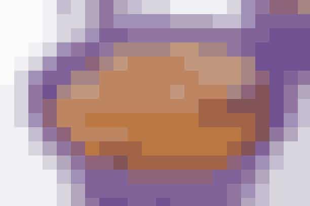Lavkarbo-opskrift på muffins   En mundfuld søde Lavkarbo-muffins med nødder, tranebær og kakao    Ingredienser til Lavkarbo-muffins 3-4 æg  1½ dl fløde  ½ dl Sukrin  100 g hasselnødder  100 g mandler  50 g tranebær  100 g smør  2-3 spsk. kakao  1 tsk. bagepulver   Fremgangsmåde til Lavkarbo-opskrift Pisk æg og Sukrin sammen i en skål. Mal nødder og mandler, dog gemmes lidt til flager til pynt. Hak tranebærrene og smelt smørret. Tilsæt nødder, mandler, tranebær, smør, kakao og bagepulver. Fordel blandingen i muffinsforme og bag dem i 15-18 min. ved 180°.   Pynt de færdige muffins med flagerne.    Lavkarbo-opskrift: Margita Stopkova   Læs også: Sådan fungerer Lavkarbo  Læs også: Ja- og nej-mad på Lavkarbo-kuren
