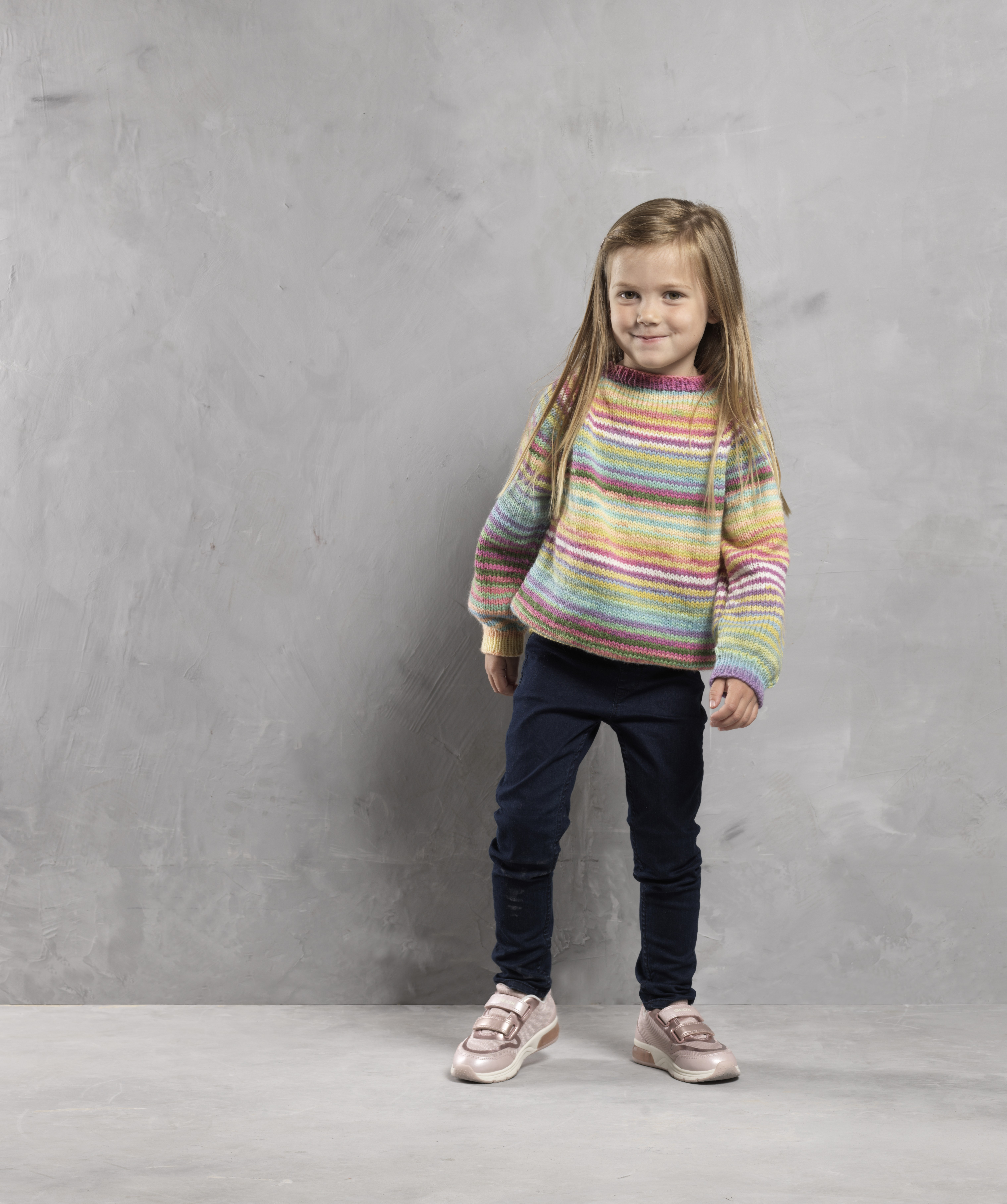 Strikkeopskrift: Pigesweater med striber | Familie Journal