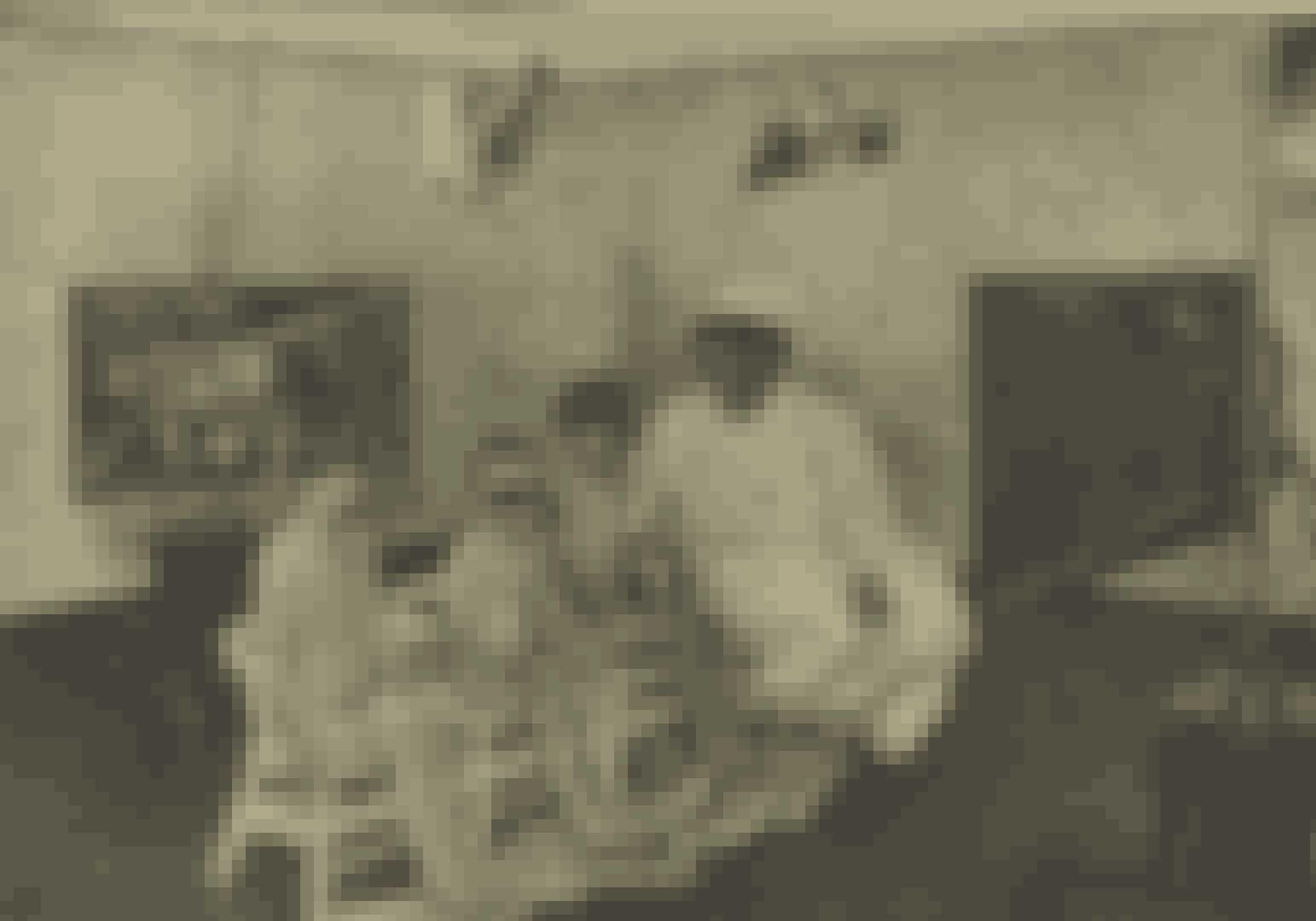 Allerede i 1929 havde man opdaget, at solens stråler ikke alene kunne være farlige, men at de også var livgivende og hjalp på sygdomme som f.eks. psoriasis. Her sidder tre blege børn og en rar sygeplejerske klar med beskyttelsesbriller til at få en dosis kunstigt kulbuelys.