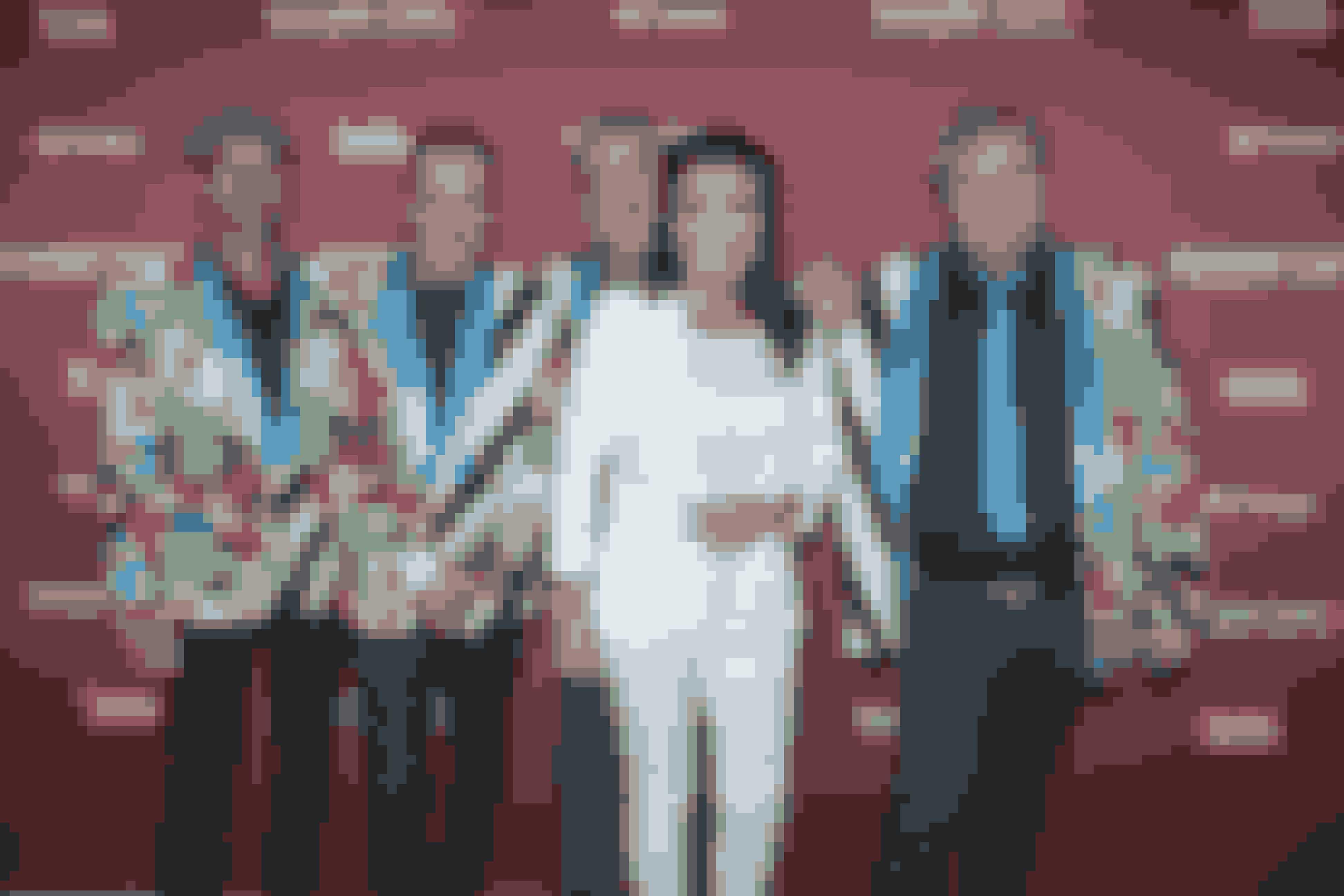 Fede Finn & Funny Boyz med farverige jakkesæt og ny sangerinde.
