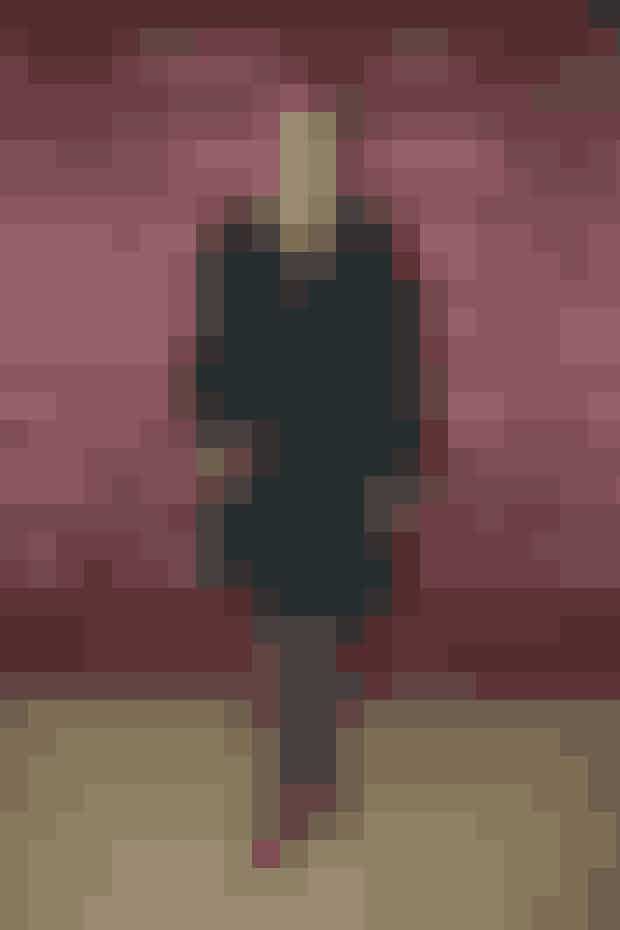 Mette Frederiksen i klassisk sort med røde stiletter.