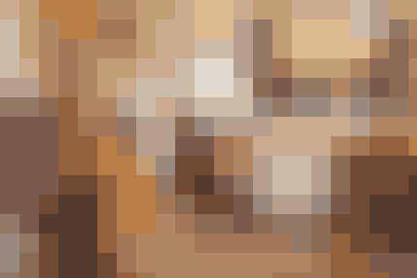 Radioen gjorde sit indtog i vores stuer i 20'erne (står bagerst til venstre i stuen her) – og vi begyndte at interessere os mere for, hvad der foregik langt ude i verden. En del inspiration kommer fra orienten – se f.eks. puderne i sofaen og de perlebesatte lamper.