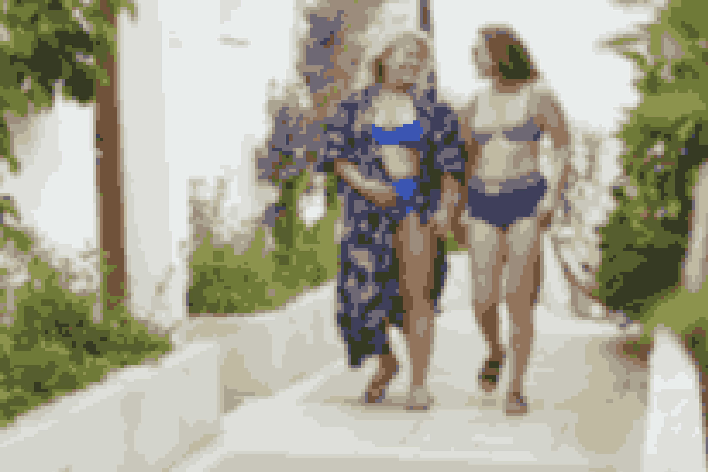 Baltimore blå bikini fra Plaisir, top str. C-H 80-100, 299 kr., maxi trusse str. 42-54, 179 kr., kimono er en unika fra Cph-Tokyo Vintage.Swim Aqua Essentials bikini fra Sloggi, top str. 36-44 og cup B-D, 299 kr., short underdel fås i str. 36-46 for 249 kr., brun B&CO sandal, str. 36-41, til 500 kr. i Skoringen, skildpaddefarvet pilotbriller fra Louis Nielsen koster 795 kr. samt hvid blonderygsæk med brun rem fra Venice by Deichmann til 249 kr.