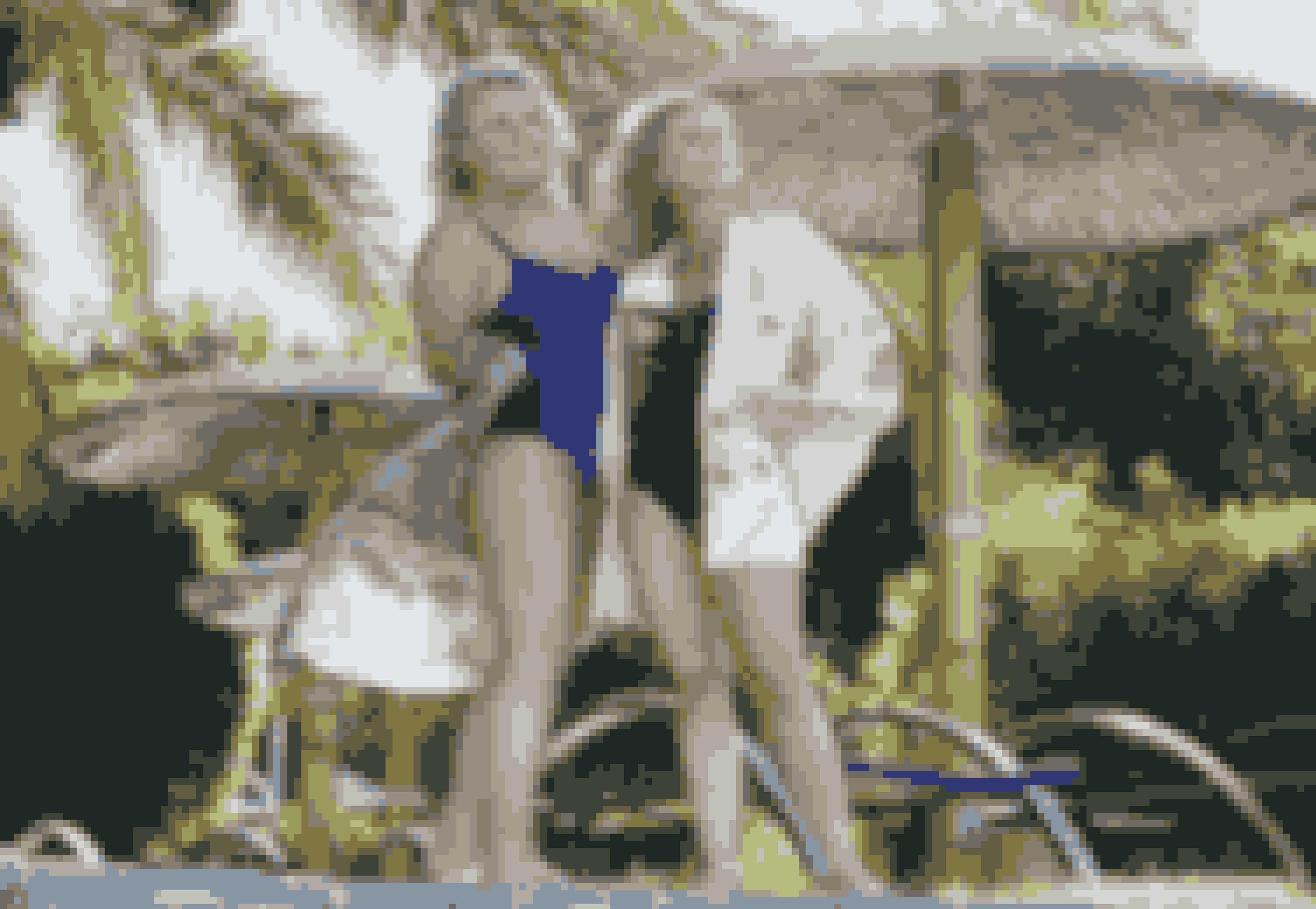 Honduras badedragt fra Femilet, str. 38-48, 600 kr., pareo fra Doutzen Kroes for Hunkemöller, 139,99 kr., lyserøde sandaler fra Kvickly, str. 37-41, 149 kr.Mørkeblå Confetti badedragt fra Hunkemöller, str. 38-46, 499,99 kr., kimono i silke er en unika fra Cph-Tokyo Vintage, 950-1.500 kr.