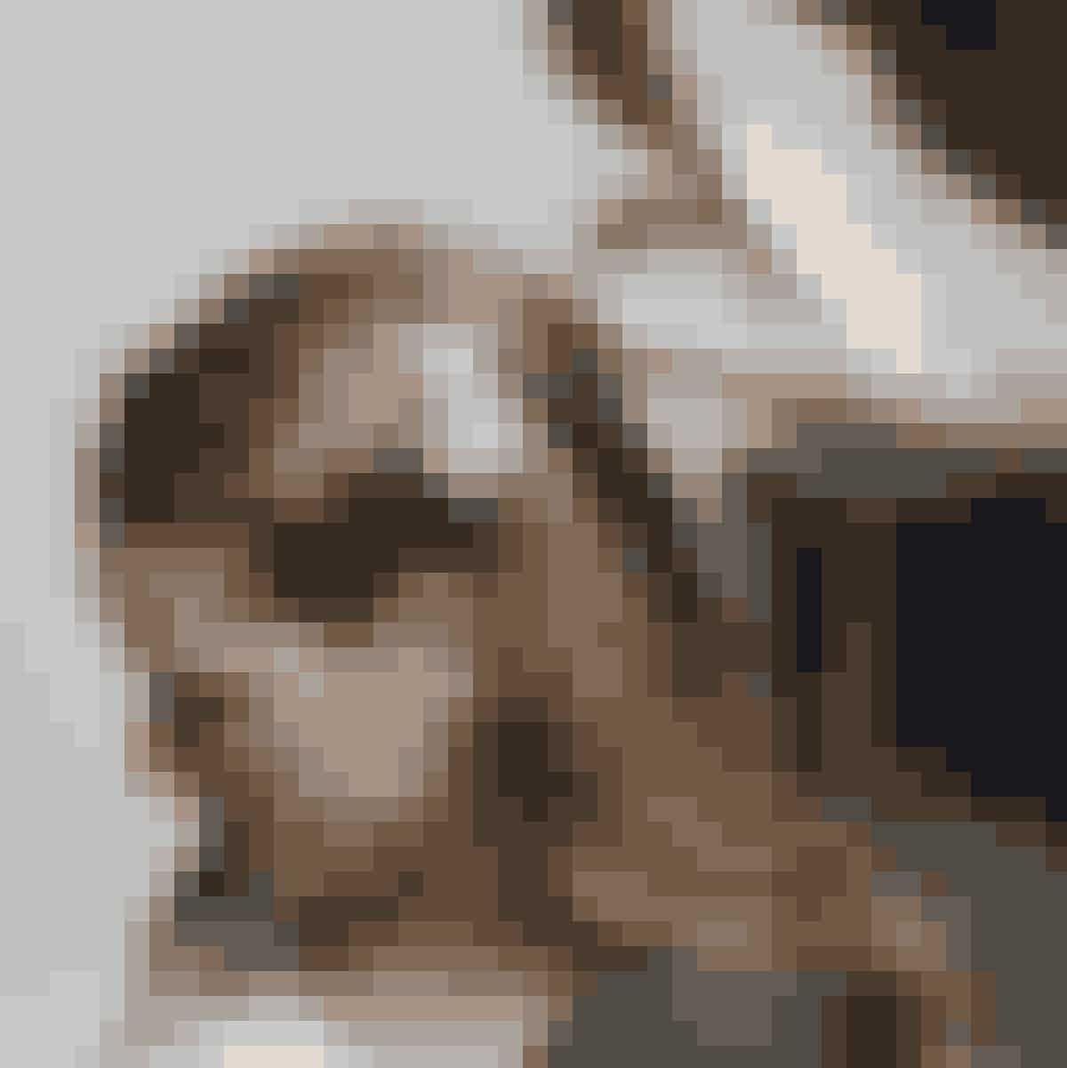 Ida-Marie gar et flot, langt hår, så det er oplagt at lave fine krøller og fæstne håret i den ene side med en fransk fletning.1. Spray hårlak i hele håret og børst ud, gentag dette 3 gange. Derefter laves bølger/slangekrøller med et glattejern. Start indefra og i mindre totter.2. Flet i venstre side en mindre, fransk fletning. Børst med blød børste og spray med hårlak, så det holder hele dagen.3. Sæt et dekorativt spænde til 299 kr. fra Lilly der, hvor fletningen slutter.Få alle tips og tricks til festligt konfirmationslook i Familie Journal nr. 12