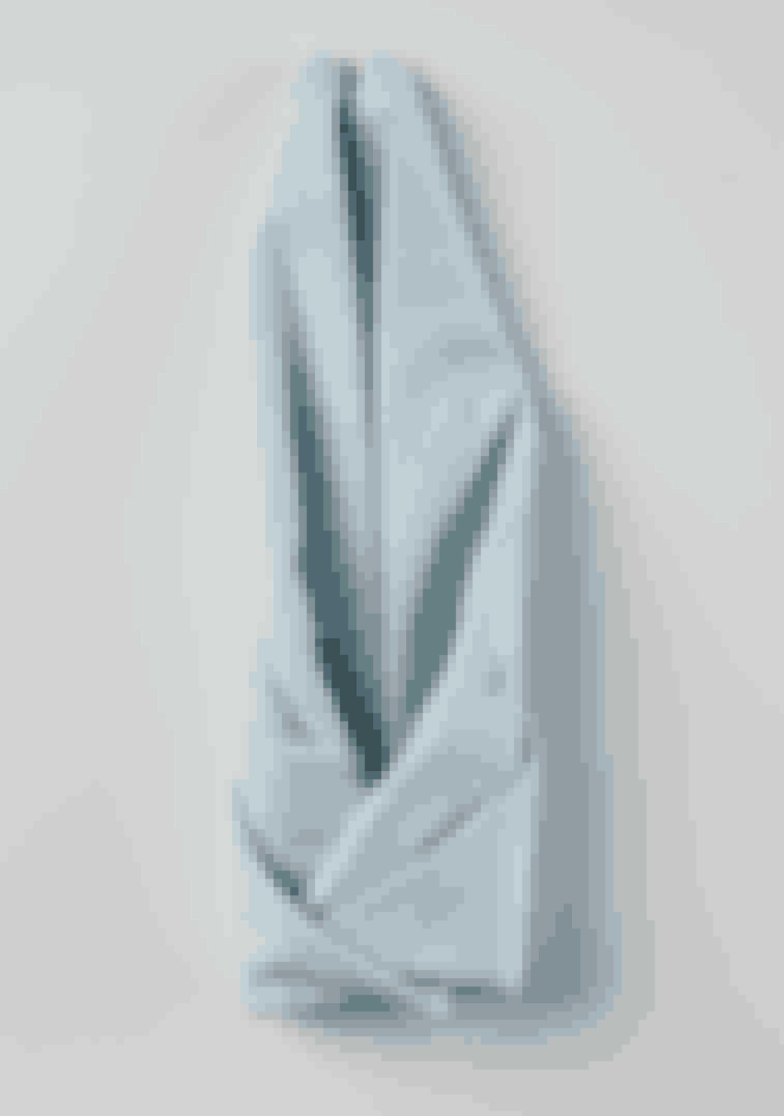Fold hjørnerne i siderne ind mod midten og ind i hinanden, så der dannes et rør.