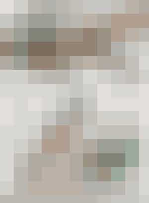HVEM:  Sarah Oakman, 26 år, keramiker, lærer, fotograf og designer. Kæreste med Rasmus Kvist, 30 år, lærer, fotograf og grafiker. Deres lille søn Albert på otte måneder. Se mere på antiloop.dk    HVAD:  130 m² andelslejlighed i to plan med loft til kip.    HVOR:  Nørrebro, København.       Loftet er det oprindelige tørreloft, der er blevet inddraget og gennemrenoveret med loft til kip og masser af ovenlys, så man glemmer alt om, at man be nder sig på femte sal midt på Nørrebro. De rå spær har parret valgt at lade stå som kontrast til de lyse gulve og vægge.