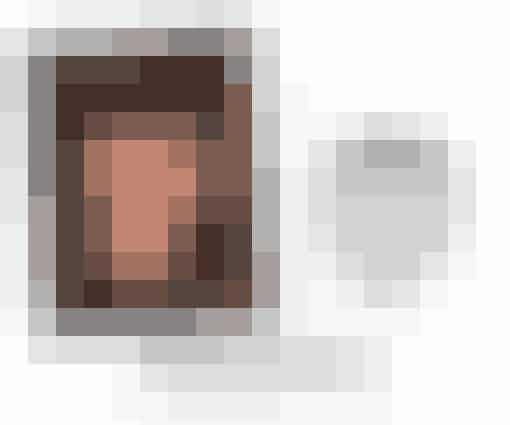 En firkantet ansigtsform er kendetegnet ved, at pande og (et markeret) kæbeparti har ca. samme bredde.   Med et firkantet ansigt er kortere eller mellemlangt hår bedst, ligesom bløde krøller kan opveje skarpe linjer i ansigtet. Ønsker du et feminint look, så undgå skarpt pandehår, da det understreger din firkantede ansigtsform.  Se galleriet : Smukke korthårsfrisurer til dig med firkantet ansigtsform