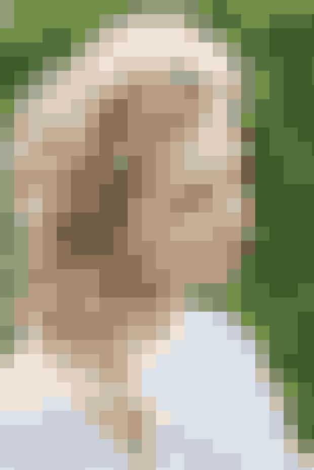 Denne løse og pjuskede fletning passer perfekt til hår der fra naturens side er krøllet eller bølgetmen kan naturligvis også laves på personer med glat hår. Frisuren kan gå for bådeat være klassisk til festlige lejligheder, såvel som casual til hverdagsbrug.  Se bl.a. vores guide på den romantiske fletning