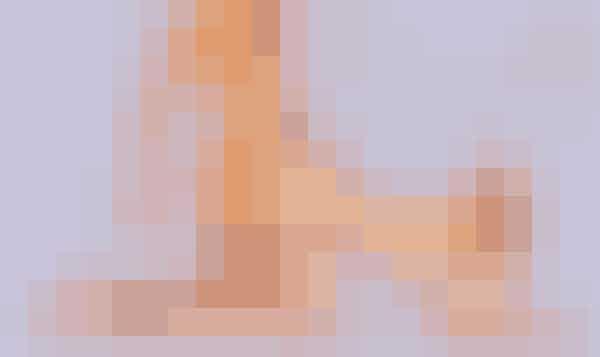 Doggystyle er en af de stillinger, der er fl est delte meninger om. Nogle finder den upersonlig, kvindeundertrykkende og dyrisk på den frastødende måde, mens den for andre er superfræk og vildt phidsende.Det siger sig selv at kysseri og øjenkontakt i denne stilling kun kan lade sig gøre med nød og næppe – til gengæld byder den på gode muligheder for stimulering af både klitoris, bryster, nakke (en erogen zone for mange kvinder) og G-punkt.Pirrende: Spice sexlivet op med en klitoris vibrator, som kan styres fra din eller din partners smartphone - klik her for at se den!