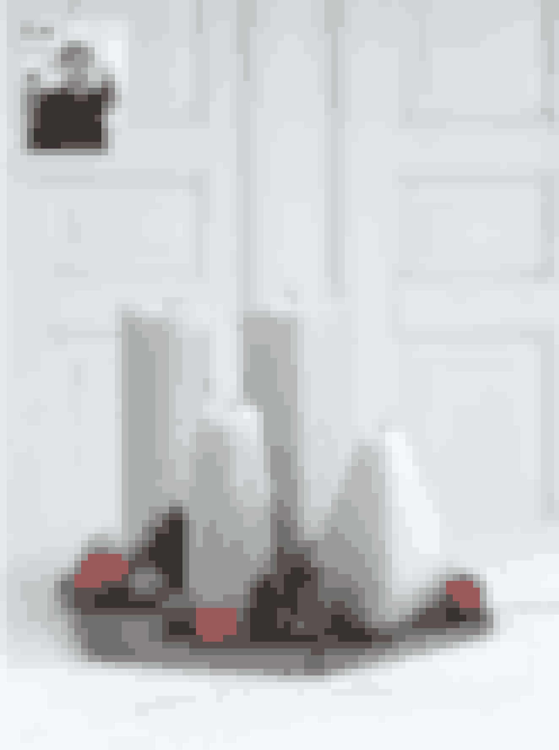 Af Sidsel Zachariassen, interiørstylist, indretningsarkitekt og indehaver af butikken Seasons by Sidsel Z. Se mere på @seasonsbysidselz  Grafiske former En lynhurtig og enkel grafisk adventsdekoration til dig, der ikke er til store bundne grønne kranse. Gør dig umage med at finde nogle dekorative lys i forskellige størrelser, da de er en stor del af udtrykket.