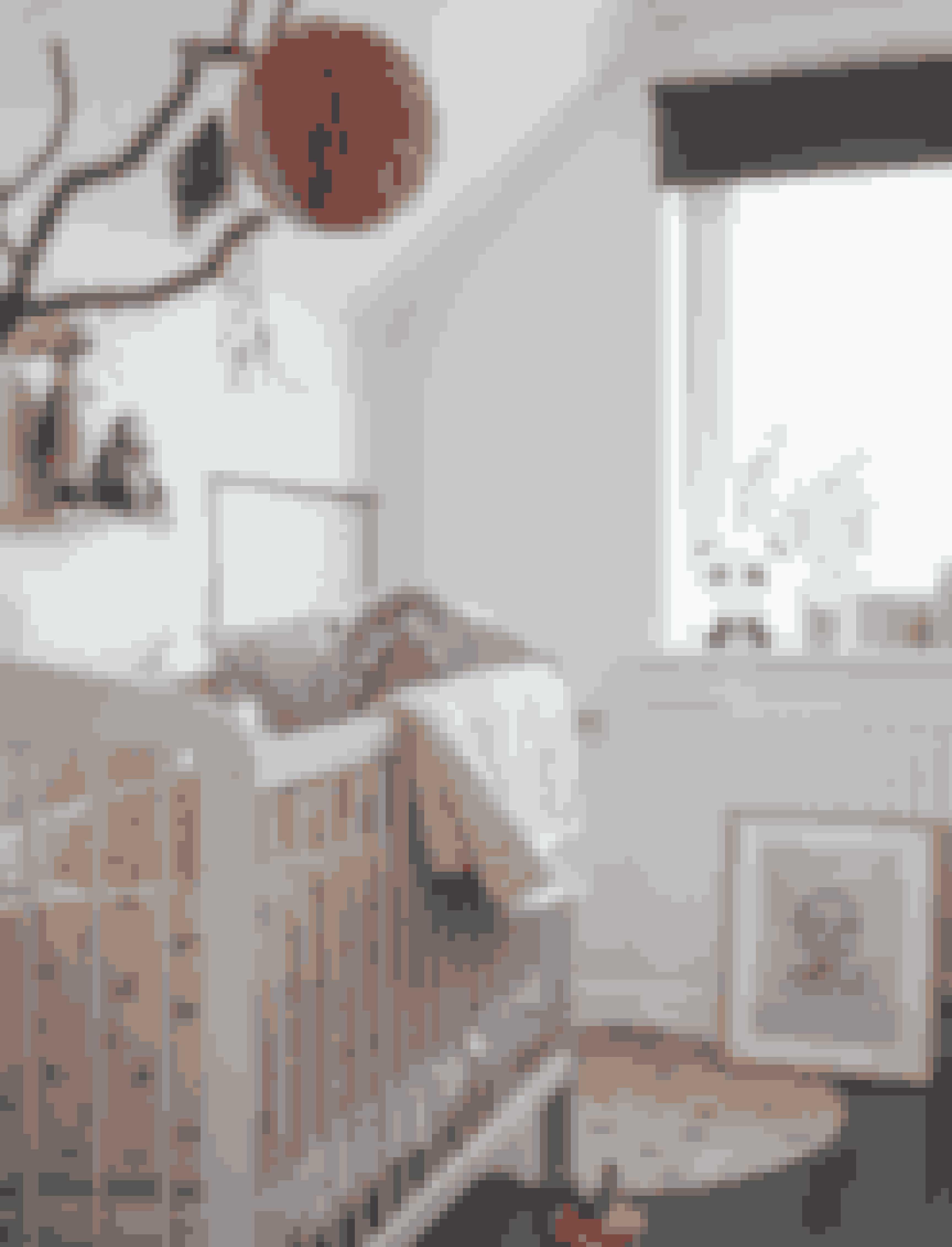 Lav din egen uro med en rustik træpind ud fra væggen. Hæng fint pynt på pinden - og dit barn vil elske at have noget at kigge op på inden sovetid.