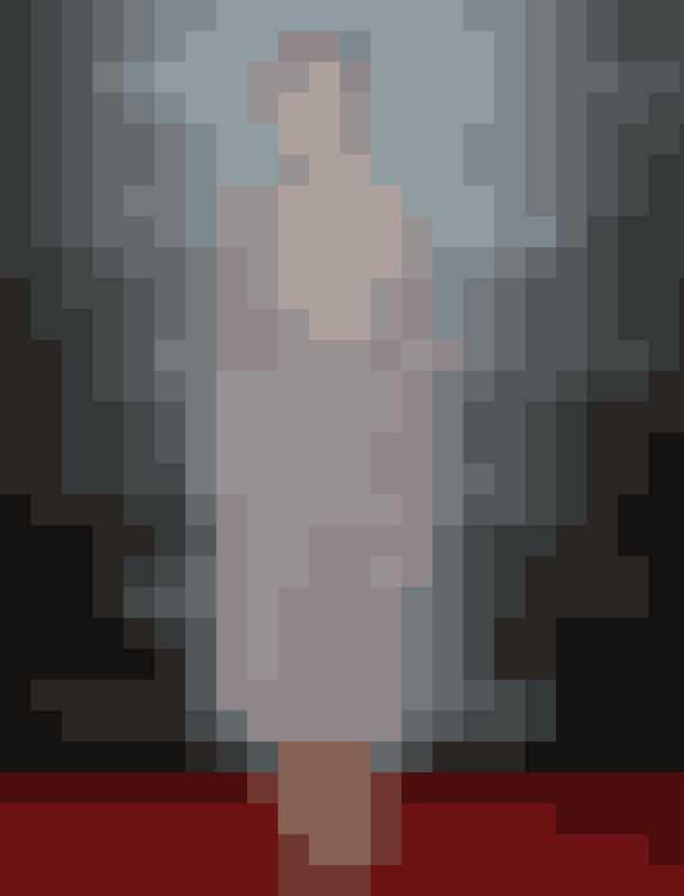 Søde Keira Knightley bruger et bælte til at ramme hendes stormønstrede kjole ind.