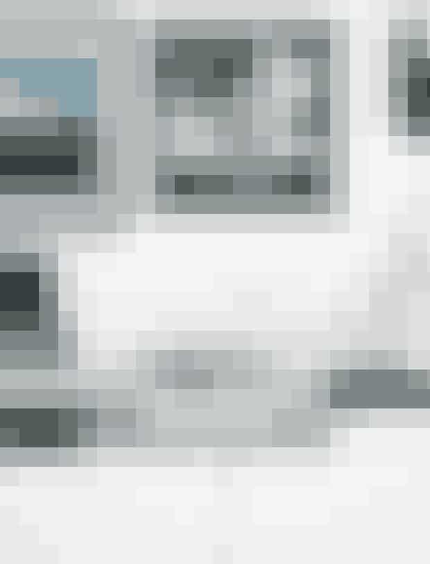 Skab små oaser af stilleben i dit hjem– det tilfører hygge.Fotoværker af Pernille Kaalund og Mark Nelson. Louise Hindsgavl-figur fra Kähler Design, glasstage fra Louise Roe og bokse fra By Lassen. Æsken med messingkanter er en forlovelsesgave fra Malenes far til hendes mor.
