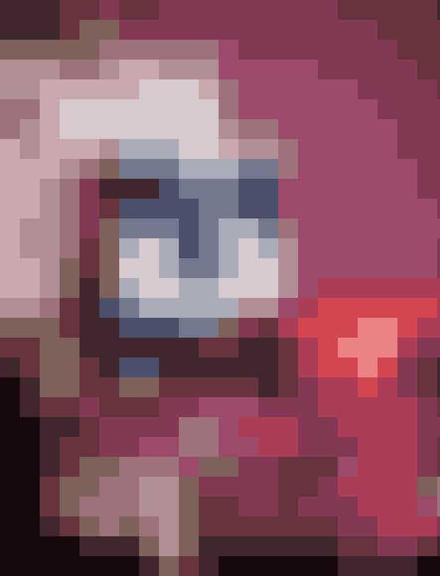 HORTENSIA -Et fad fyldt med julKlip hovederne af rødlige hortensiaer, og læg dem på et smukt fad. De forbliver smukke, når de tørrer, så det er en nem og landtidsholdbar løsning. Mix gerne – som her – med andre røde juleblomster, og tilføj juleelementer som kogler og røde æbler.Du skal brugeDybrød HortensiaMørkerøde nellikerPotteplanten rødåre (Fittoniaverschaffeltii)MalusæblerTIP: Vil du have dekorationen til at holde sig frisk, så fór din bakke med plastik, og læg klumper af oasis hist og pist, og stik blomsterne i.