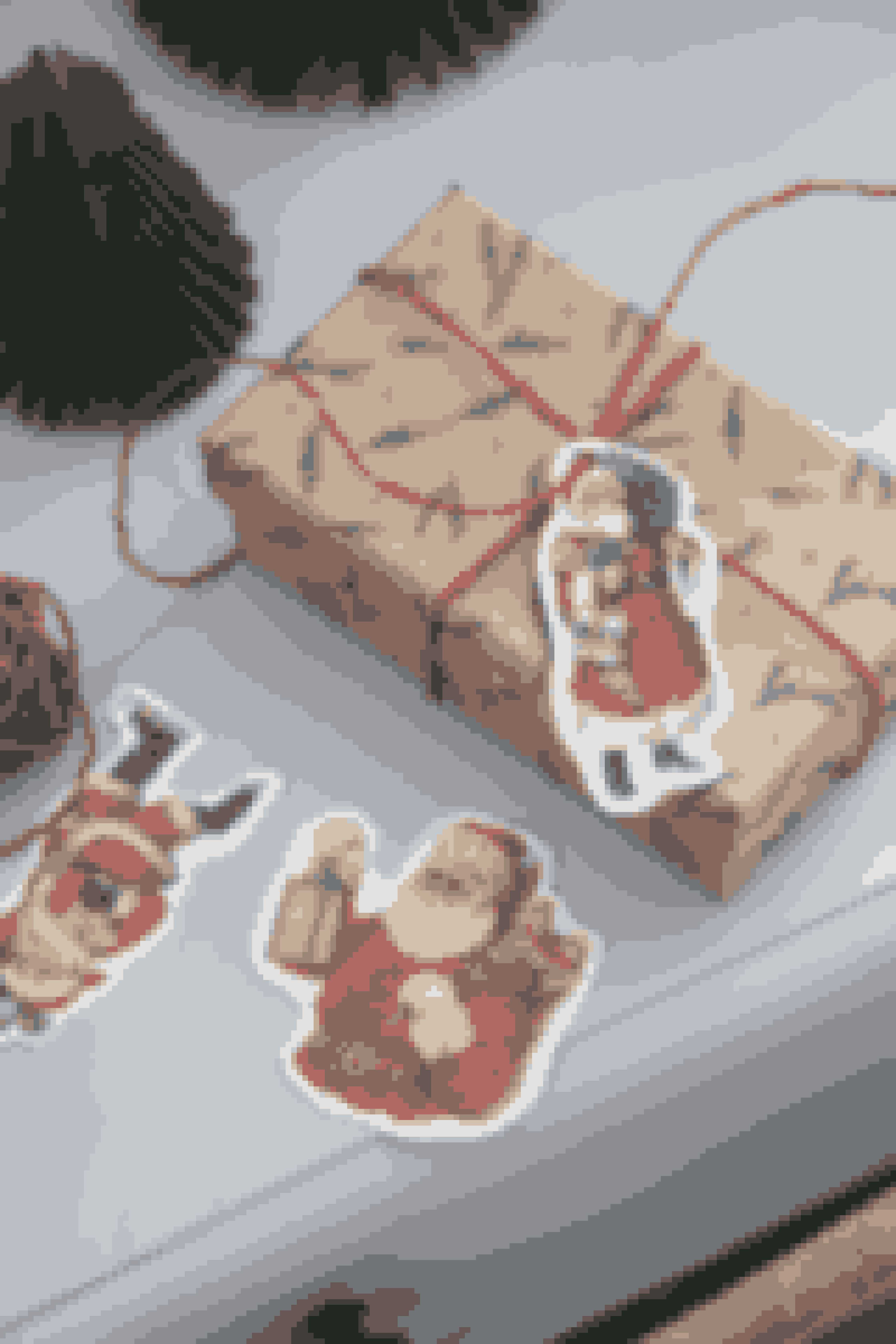 Pynt årets julegaver med de fineste til- og frakort i gammelt design. Perfekt til at fremme julestemingen.Mærkater,fås i 8-pak. Pris: 5,48 kr. Gavepapir, fås i flere varianter. Pris: 10,88 kr.