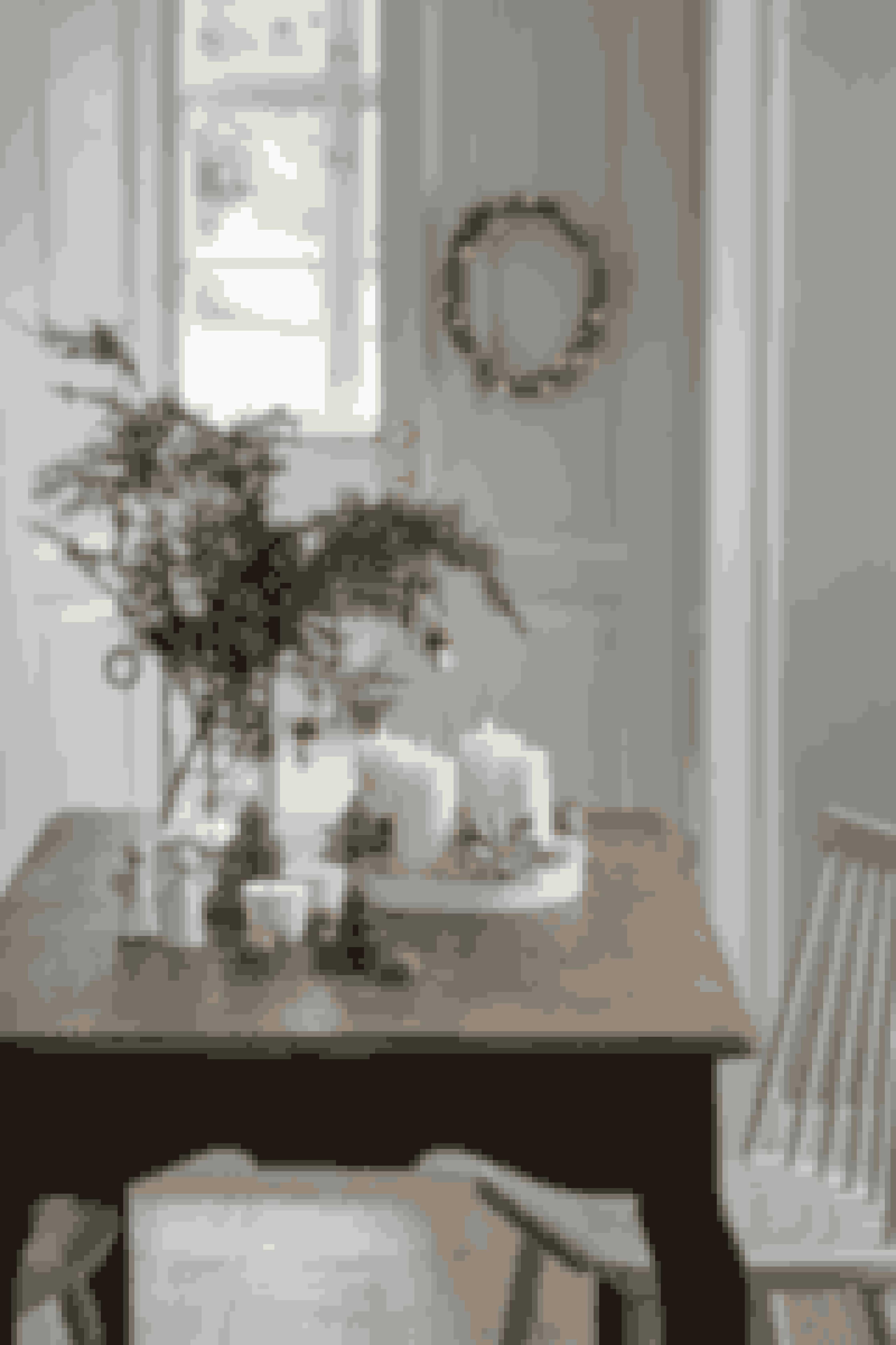 Kør enkle natur- og jordfarver i årets julepynt.LED krans. Pris: 68,80 kr.Fad. Pris: 68,80 kr.Svampeornamenter. Pris: 6,80 kr.Julestave i filt, to farver. Pris: 4,80 kr.Engle i keramik, tre farver. Pris: 19,80 kr.Fold ud træer, tre farver. Pris: fra 14,80 kr.Lysestager, fire forskellige designs. Pris: 11,80 kr.