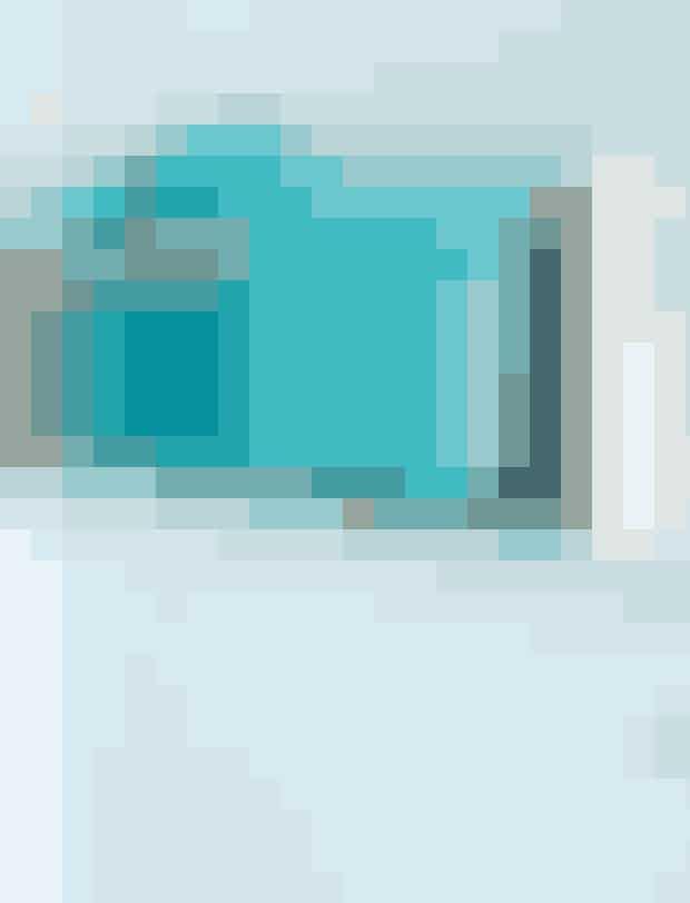 Brug en magasinholder til håndklæder. Den er smal og fylder mindre end en lille reol eller hylde, hvilket er smart i et lille rum. Desuden bryder birketræet det lidt hårde fliselook, der oftest er på et badeværelse. Magasinholderen er fra Trævarefabrikernes Udsalg, og de turkise håndklæder er fra Södahl.