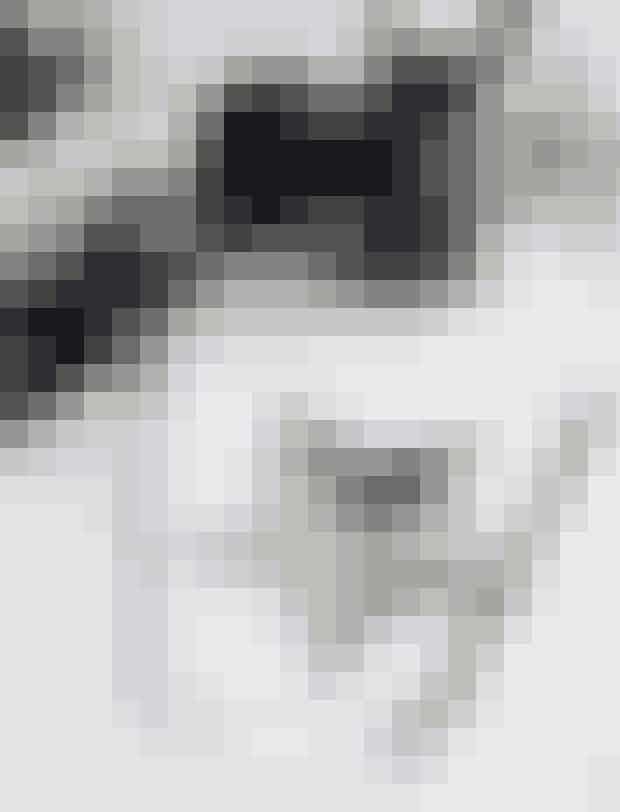 Print en skabelon til en stjerne fra nettet, klip den ud, og klip en af spidserne ud af skabelonen. Halvér spidsen i to lige store dele på langs. Disse to halvdele er dine nye skabeloner. Tegn og klip fem af hver skabelon, så du i alt har 10 trekanter. Brug forskelligt mønstret papir i sort-hvide nuancer. Læg trekanterne sammen to og to på et hvidt kort, så de tilsammen danner en stjerne. Lim dem fast på kortet.Sort-hvidt-mønstret papir og sort stjerne fra Bungalow. Rund lågkrukke fra Stilleben. Lille kande i stentøj fra Illums Bolighus. Hvidt kort med kuvert fra Panduro Hobby.