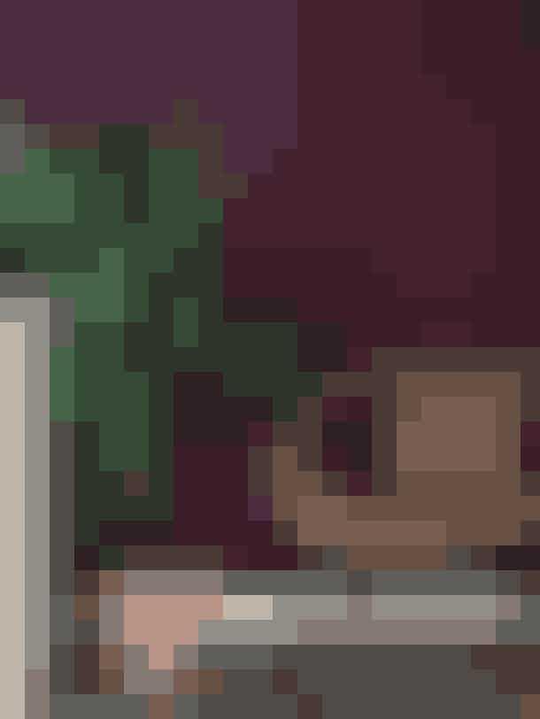 En enkelt vægDet er smukt og effektifuldt at male et helt rum – og hvis du tør, så mal også karme, fodpaneler og døre. Men mindre kan også gøre det. En enkelt væg i fx køkkenet eller soveværelset kan ændre hele rummets karakter. Og når det kun er én væg, så tøv ikke med en lidt mørkere farve, end du ellers ville have valgt.Væggen er malet med farven Bordeaux fra Jotun. Stolen er fra Ikea. Gulvløberen er fra Ferm Living. Køkkenet er fra Ikea.