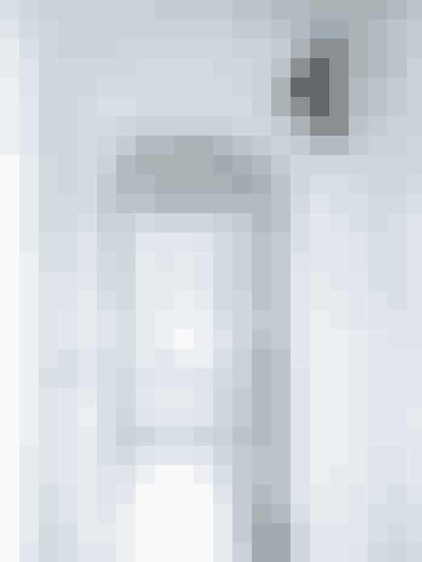 Lyse vægge og lyse gulve kan give et skin, der får hjemmet tilat funkle, som her i mellemgangen, hvor en udstoppet musvåge fra et loppemarked i Tønder sidder på væggen og holder øje med husets indgang.Gulvet er et ForboMarmoleum-klikgulv.