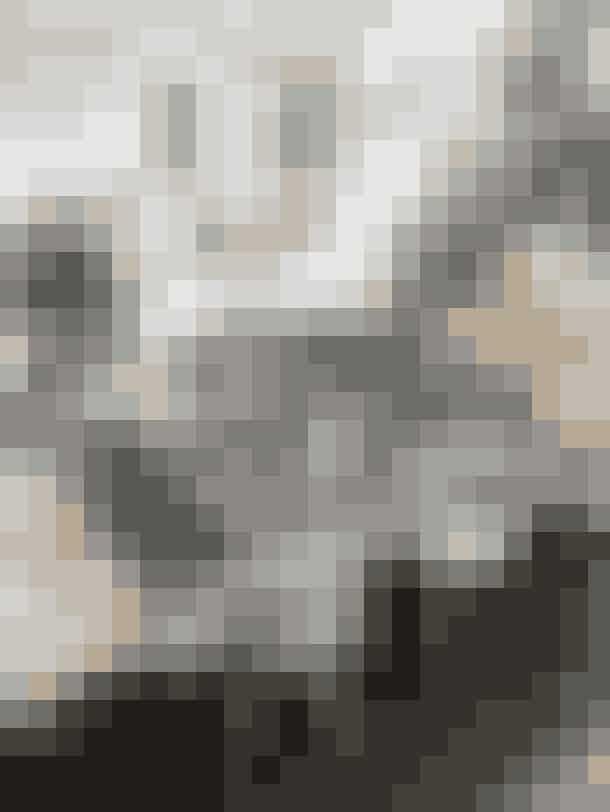 Julemandens værksted er flyttet ind på Lenes lange rustikke spisebord med hyacinter, grene og gran i vaser, hjemmebagte kager og julegaver. Dugen er fra Broste Copenhagen, tekande, kop og fyrfadsstager fra Stelton og lysestagen fra Rema 1000. Om bordet står forskellige Eames-stole, og lamperne er fra Design By Us.Tip:Lene har bygget bordet ud af fem stilladsplanker på hver tre meter. Hun samlede dem med to planker på tværs på undersiden, lagde dem på bordben fra Hay, og sleb og lakerede dem. Plankerne er fra Genbyg