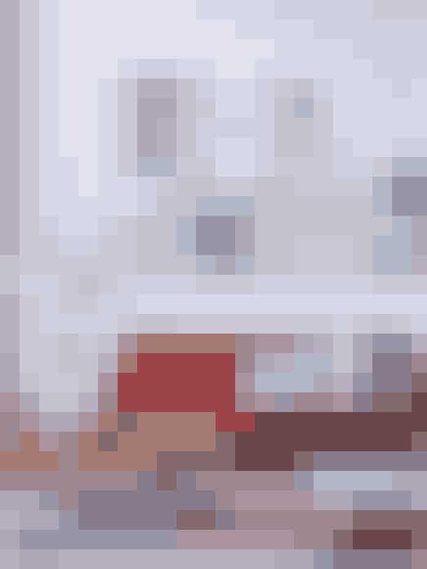 Den svagt rosa væg fremhæver billederne over sofaen. Billederne er bl.a. et litografi af Carl Henning Pedersen, et print fra HagedornHagen og en plakat fra The Dybdahl. Sofabordet er fra Cole & Son. Puderne er af Mette Hagedorn, Funky Doris og Compliments. Lampen er fra Pepe Heykoop.Tip: Hold underkant, når du hænger mange billeder sammen på væggen. Det giver ro i kompositionen, så resultatet ikke kommer til at virke rodet.
