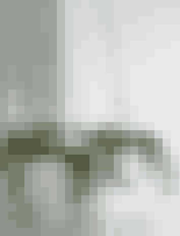 DEN VILDEJunglefeberPift en klassisk hængekrans op ved at lave den med grønne grene, som hænger lidt vildt fra kransen. Så får du næsten jungleagtig stemning i dit hjem.Du skal bruge:Kraftig ståltråd eller hegnstrådLærkEfeuEukalyptusBåndJuletræslysholdereLysSådan gør du:Form en krans af kraftig ståltråd, sno enderne om hinanden for at holde kransen rund. Bind mindre, enkle kviste på af grønt fra lærk, efeu og eukalyptus. Bind kvistene på, én ad gangen, så kransen ikke bliver for tyk. Bind længere efeugrene på kransen, så de hænger løst ned. Bind bånd fast på kransen fire steder, så den hænger lige. Sæt lysholdere og lys i kransen.TIP:Gå en tur i haven og lav kransen med ting, du finder der.Lyseholdere fraFerm Living.
