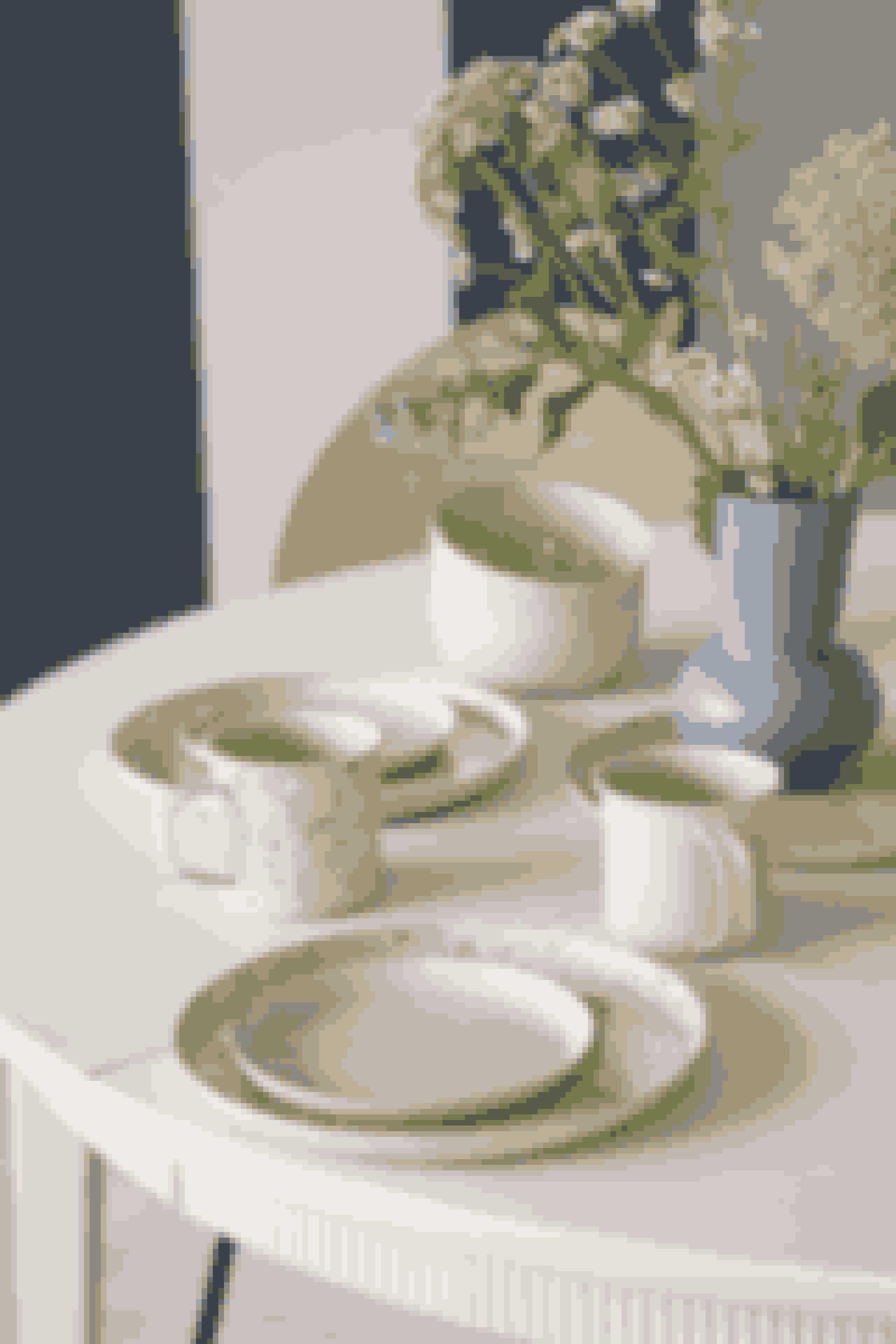 Vi drømmer om solbeskinnede frokoster på altanen med dette fine og farverige service. Priser på service fra 23,80 kr. Den fine vase kan også blive din og findes i ni farver til 28.80 kr stykket.