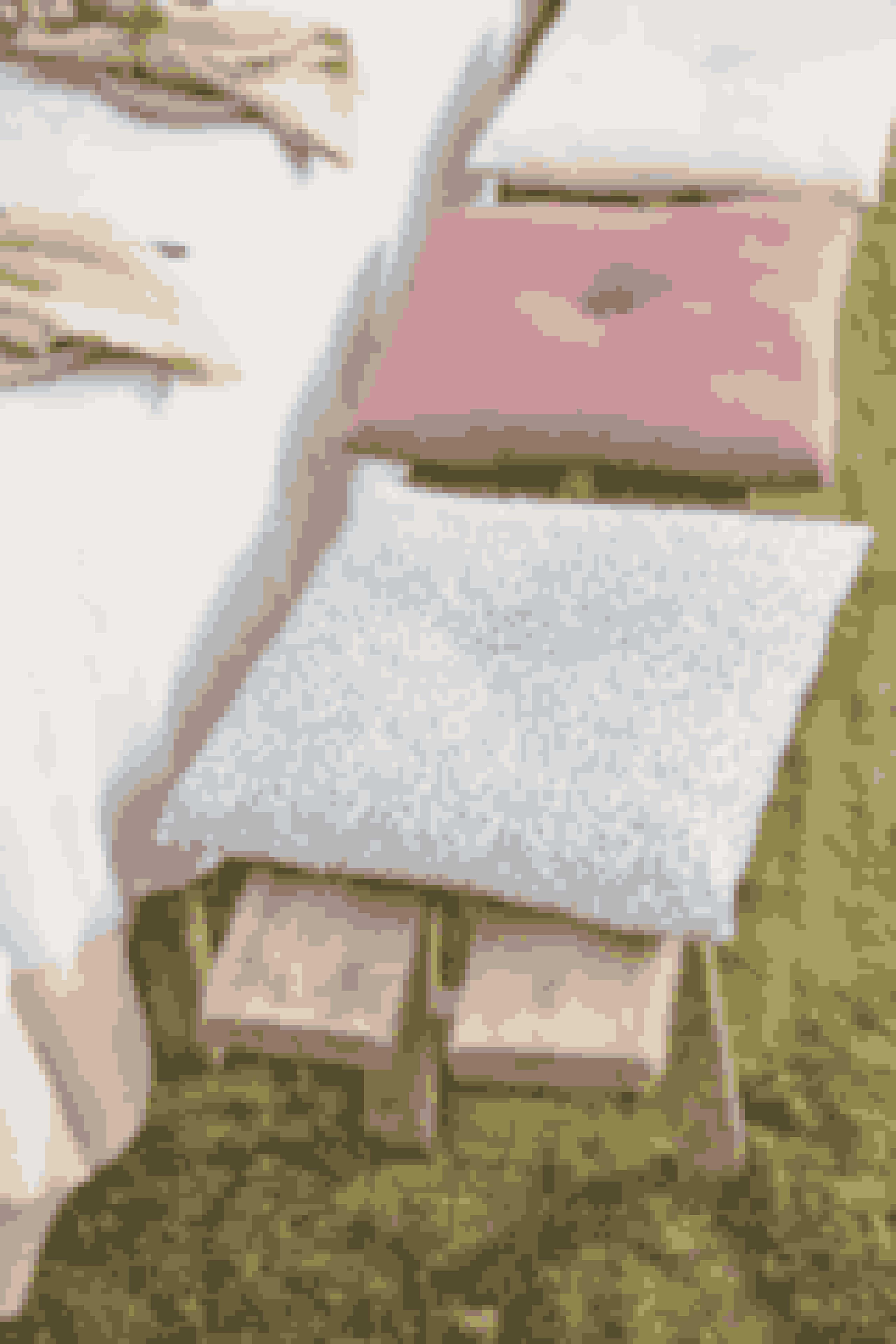 Opgradér komforten på havebænken, liggestolen eller i hængekøjen med disse fine hynder i friske forårsfarver. Pris: 42,80 kr.