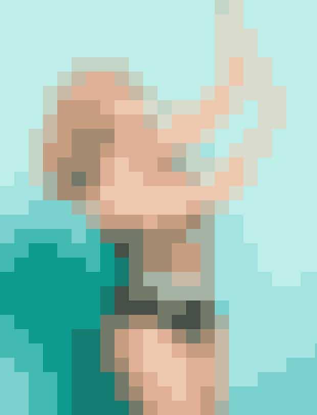 Farverig blomstret forstykke og sort rygog sider, 599 kr.Damella. Str. 38-50.Polyamid/elastan.Solbriller, 795 kr. Louis Nielsen.