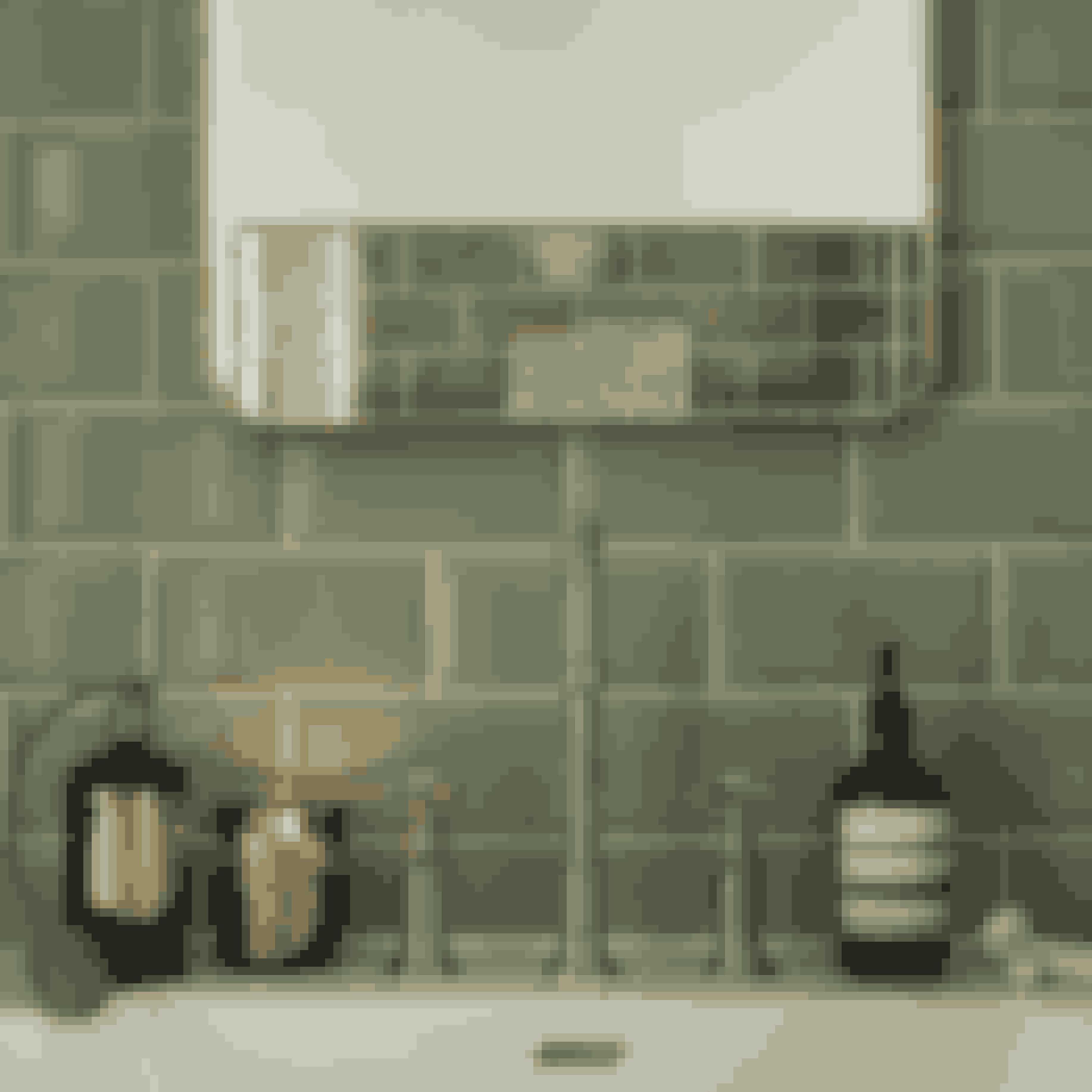 Et antikt armatur hygger på badeværelset. Gennemfør stilen med et spejl med patina.