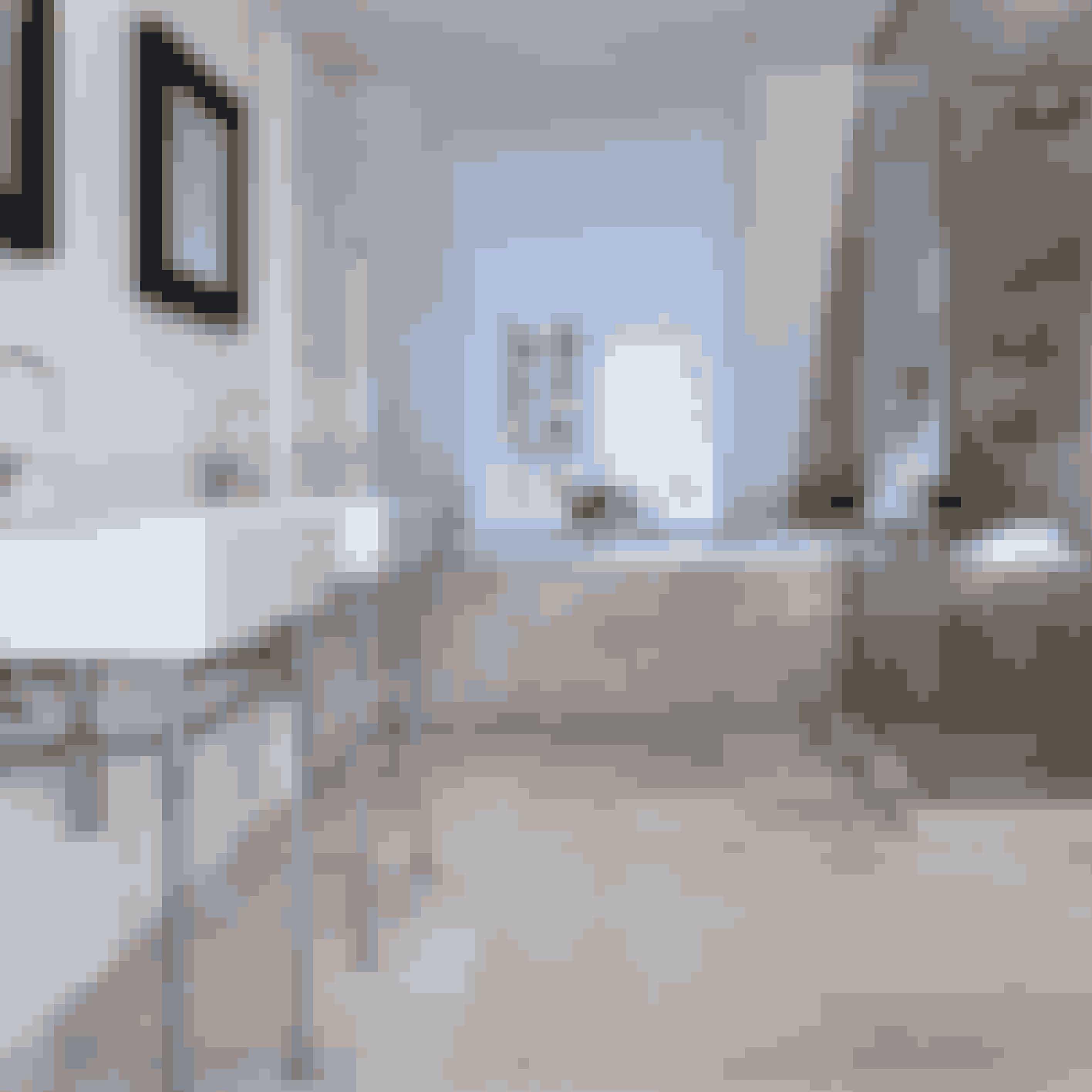Lad de naturfarvede fliser på gulvet fortsætte ind i brusenichen for et fint helhedsudtryk. Overvej også at montere to håndvaske hvis I har travlt om morgenen.