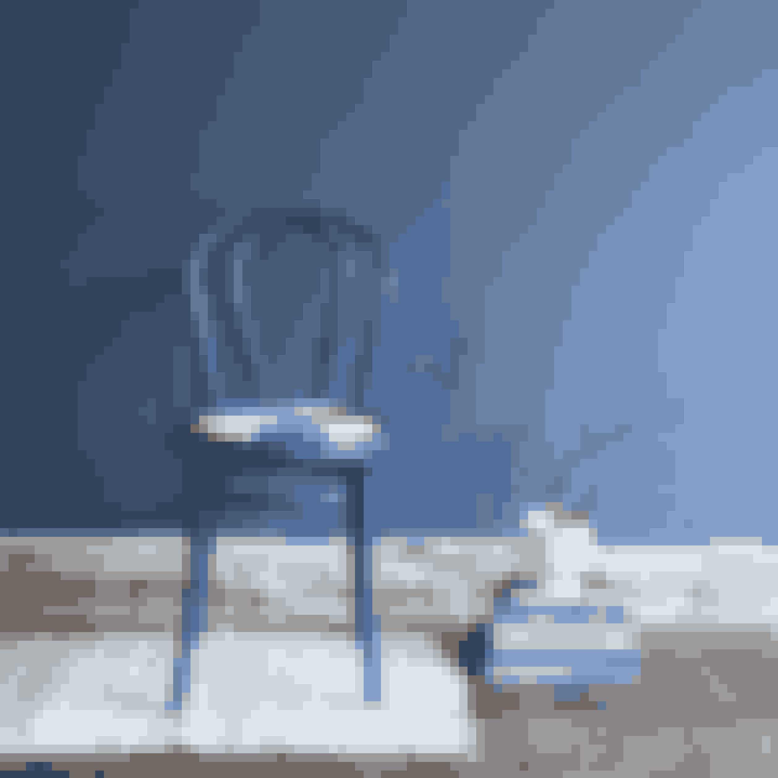 Mal en gammel stol i en skarp blå farve. En enkelt malet stol kan give stor effekt rundt om bordet eller som installation i et mindre stilleben.Sådan gør du:Slib og vask stolen, inden du maler den. Giv den flere gange, til malingen dækker. Sy eller find en lille pude, der matcher.Stolen er et loppefund og malet med farvekode 2478 fraFlügger.Pude fraLuckyboysunday, lille gulvtæppe fraAiayu, hvid urtepotte,Unico, fra Kähler. Væggen er malet med farvekode 3477 fraFlügger.