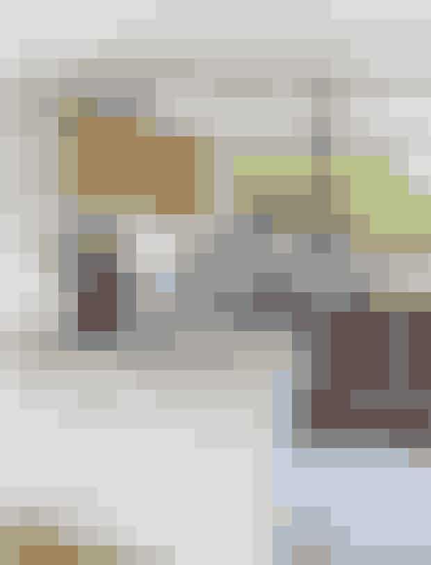 Parret er glade for, at det originale åbne køkken står endnu med teaktræsfronter og grynskuffer i glas. Over køkkenbordet i stål hænger to Panton-pendler i samme materiale og understreger den lidt industrielle stil.