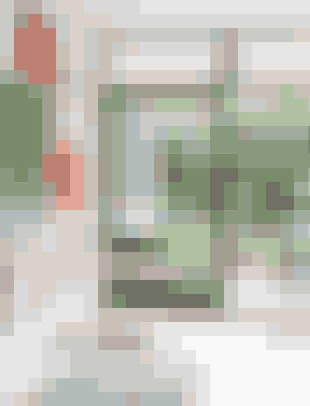 Hæng farvestrålende billeder fra gulv til loft på en væg, det giver energi til rummet. Her i spisestuen, hvor der er nem adgang til terrassen. Den gamle Wegner-lænestol har Caroline arvet fra sin morfar. Tæppet er fra Kirsten Fribert. Tegningerne er af Jasper Sebastian Stürup.
