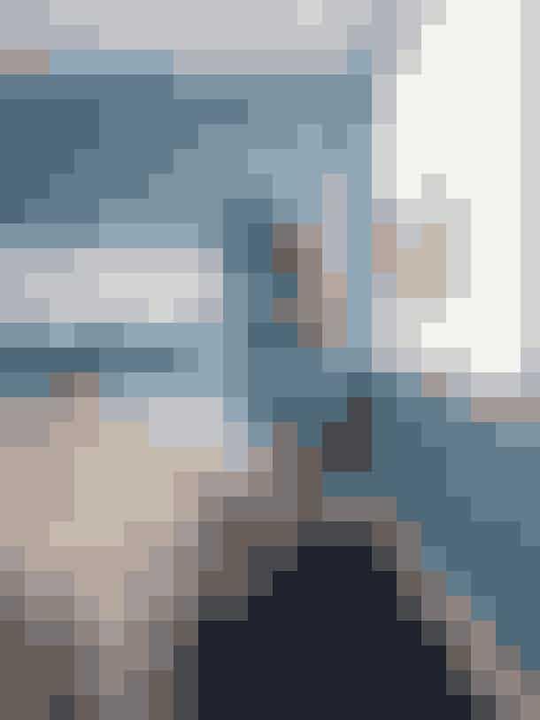 En douce blå nuance på væggene understreger roen i soveværelset. Farven hedder Petroleum og er fra Flügger. Sengegavlen er fra Ikea, og Benedicte har ombetrukket den. Lignende stigereol fås hos UnoLiving.com