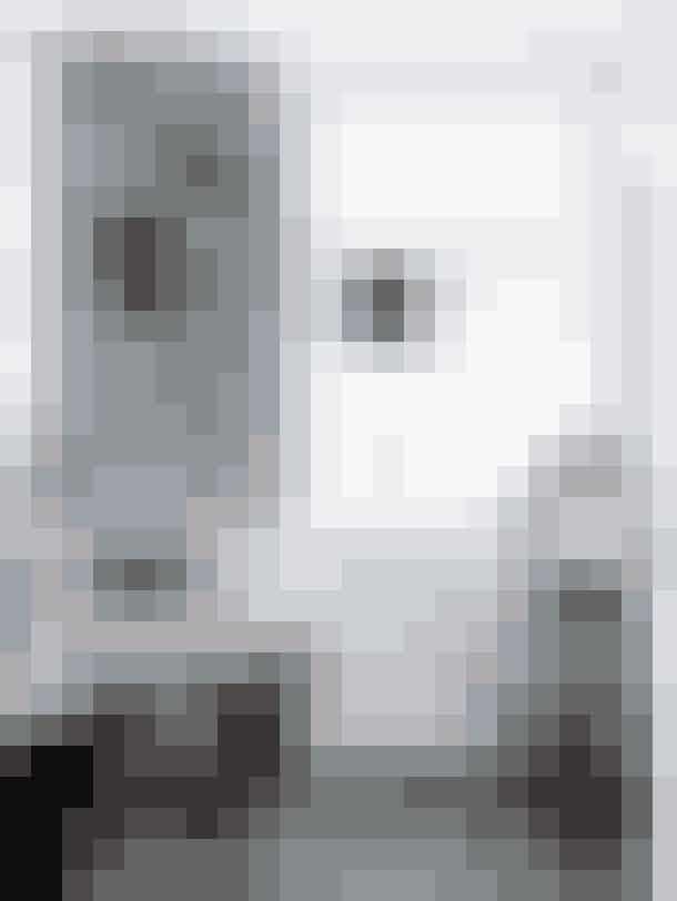 Rådyrhovedet er hængt op for at komplementere den klassiske stil i parrets hjem og er købt hos Wiingaard Boheme Interieur. Lampen i vinduet er Trines egen kreation og bløder det maskuline lidt op. Spisebordet er et genbrugsfund tilsat Arne Jacobsens syverstol i cognacfarvet læder.