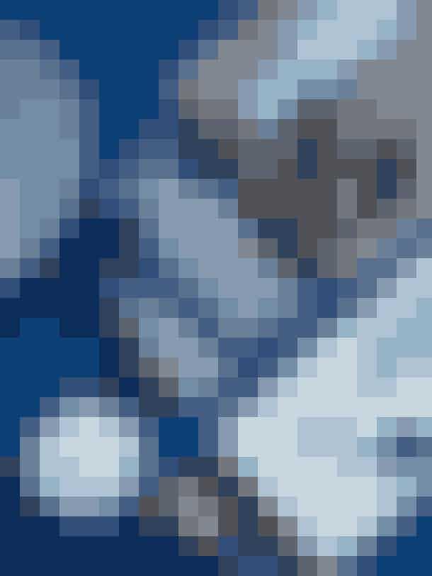 Sukkerskålen fra Mågestellet og Mega Mussel-koppen hører til Christinas samling af blå stel, der har inspireret hende til gulvet i køkkenet. Lavabræt fra Stilleben, saltkværn fra Menu, grøn skål og skeer er arvestykker. Marmorplade fra Notre Dame, blåt fad og grøn flaske fra Beau Marché og kop fra Studio Arhoj. Karafler fra Dora og dispenser fra H&M Home.