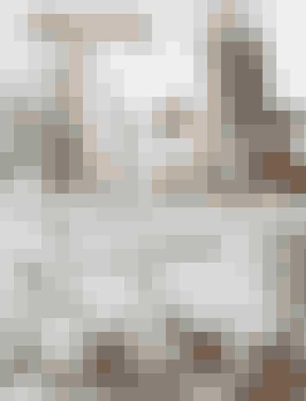 Øverst tv.: En stor grøn guldpalme giver liv og grønt modspil til de lyse nuancer i rummet. Knagerækken er fra Hübsch Interior.Øverst th.: Anna Cecilie fik makeupbordet af sine forældre i 18-års gave og vil ikke af med det, selv om det er i mørkt træ. Glasvasen er fra et loppemarked, og den hvide vase er fra Ditte Fischer.Nederst tv.: Køkkenet er åbent med en lille spiseplads. Bakke fra Skagerak, tekande fra Royal Copenhagen og kaffekande fra Bodum. Kop fra Sorte Negle.Nederst th.:Anna Cecilie elsker at indrette med sort og hvid, da det giver en fin kontrast. Spisebordet er et loppefund, mens 7'er-stolene erfra Fritz Hansen og J67-stolen fra FDB Møbler. Pendel fra Le Klint og magasinhylde fra Kvickly.