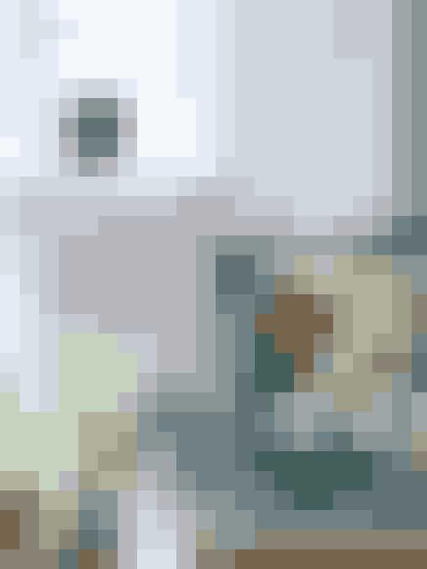 Du kan sagtens blande forskellige mønstrede puder og få et roligt udtryk, hvis du vælger nogle i samme farver og matcher dem med lamper og nips. Puder fra Dorthes Brocante, grøn fyrfadslampe fra Piet Hein Eek, skål fra Murano, og flise samt musling er fra Portugal.