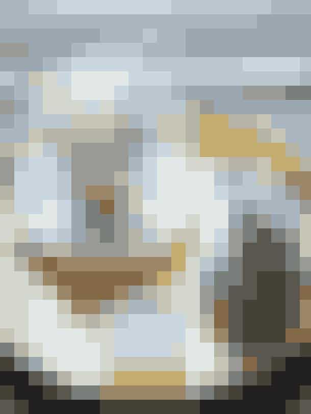 Selv porcelænet blomstrer hjemme hos Anne-Katrine. Det er fra Royal Copenhagen, mens messingbakken er et genbrugsfund. Messingskeen er fra Notre Dame, flødekanden er fra Vipp, og det lille sukkerkar er af keramiker Jane Holmberg, set hos Kaiku.dk